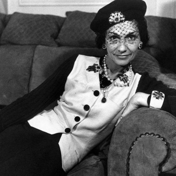 Coco Chanel con un basco con veletta