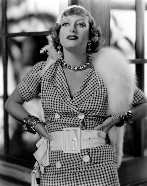 Joan Crawford con un tailleur stampa gingham e una stola dipelliccia bianca, 1932