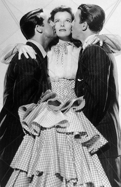 "Katharine Hepburn con un vestito fantasia gingham abbraccia Cary Grant e James Stewart nel film ""Scandalo a Philadelphia"", 1940"