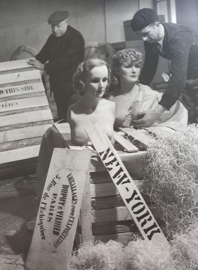 Due uomini sballano manichini che riproducono Greta Garbo e Marlene Dietrich, 1936 circa