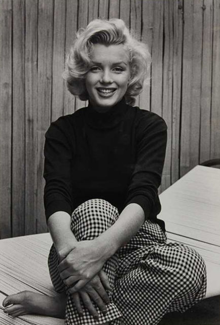 Marilyn Monroe con pull nero e pantaloni stampa gingham, foto di Alfred Eisenstaedt, 1953