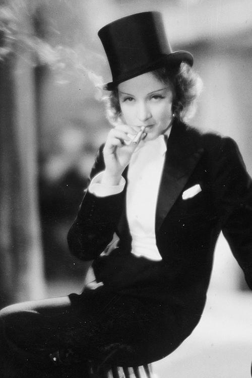 "Marlene Dietrich in smoking fuma una sigaretta, film ""Marocco"" del 1930"
