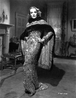 Marlene Dietrich in abito da sera nel film Angel del 1937