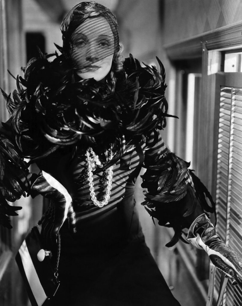 """Marlene Dietrich con un abito di piume e collana di perle nel film """"Shangai Express"""", 1932"""