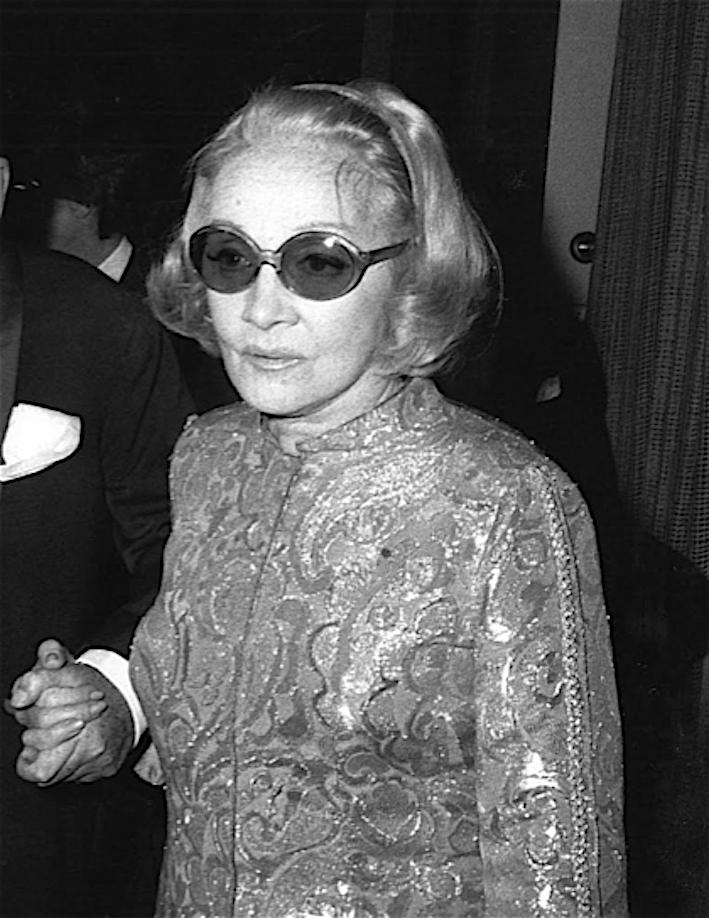 Marlene Dietrich con occhiali da sole e soprabito in lamè, inizio anni '80