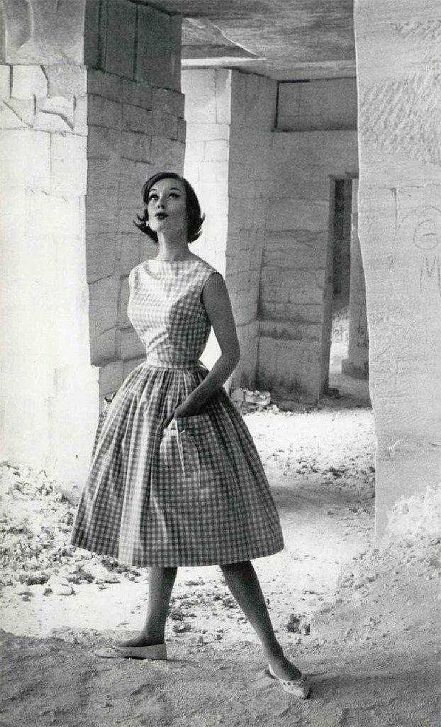 Modella con abito stampa gingham e ballerine, anni '50
