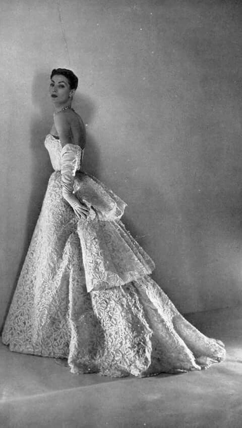 Abito da sera bianco di Christian Dior con tre balze sul retro e lunghi guanti