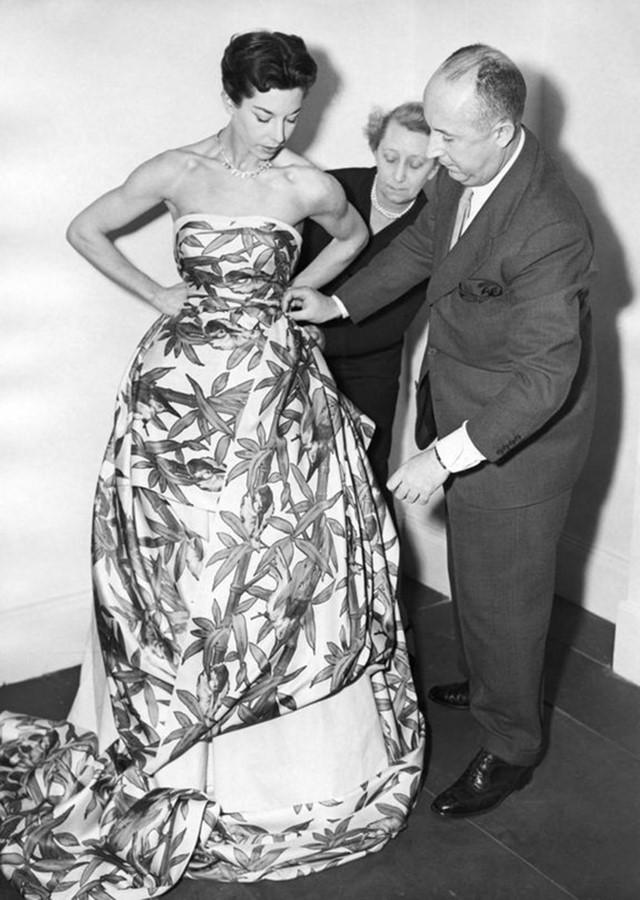 Christian Dior con la modella Dorothy Emms, 1952