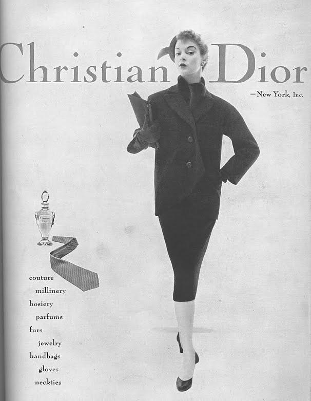 Pubblicità americana anni '50 di Christian Dior con una modella che indossa un total look della Maison francese e l'immagine del profumo accanto a lei