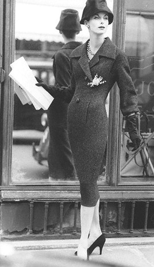 Abito di Christian Dior della collezione linea H del 1954  completato da cappello, collana di perle, grande spilla sulla giacca e guanti.