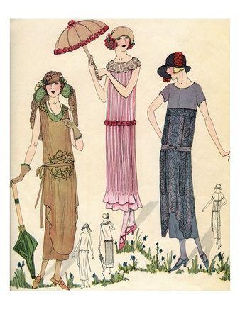 Tre figurini di moda femminile degli anni '20. Le tre donne indossano abiti lunghi fino quasi alle caviglie, hanno tutte il cappello e due anche l'ombrellino