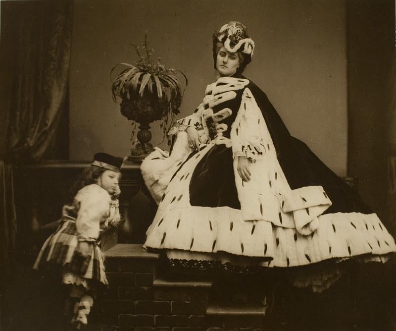 La Contessa di Castiglione con manto di ermellino, accanto a lei il figlio Giorgio bambino