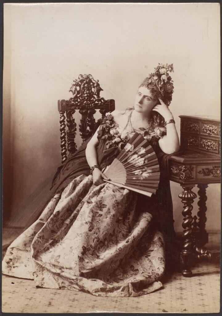 La Contessa negli anni Novanta dell'Ottocento con abito a fiori e grande ventaglio