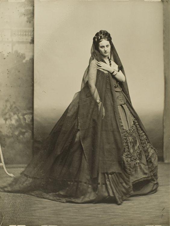 La Contessa di Castiglione con abito scuro che le lascia spalle e braccia scoperte e lungo velo nero, 1861 circa