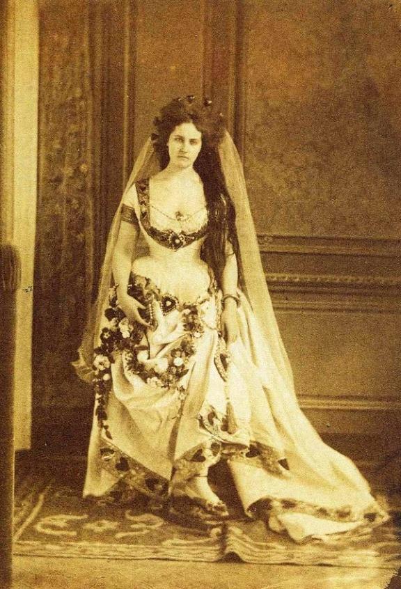 """La Contessa di Castiglione indossa l'abito """"Regina di Cuori"""""""