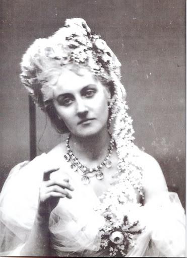 """La Contessa di Castiglione con una grande collana, decorazioni floreali. Serie """"Roses"""""""